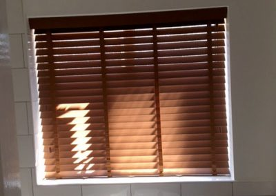 bathroom-wood-venetian-blinds