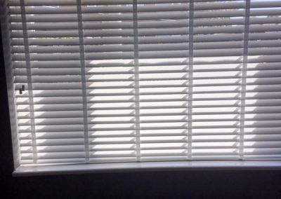 lounge-wood-venetian-blinds